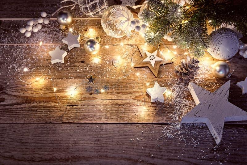 Decoración de la Navidad en estilo del vintage en viejo foto de archivo