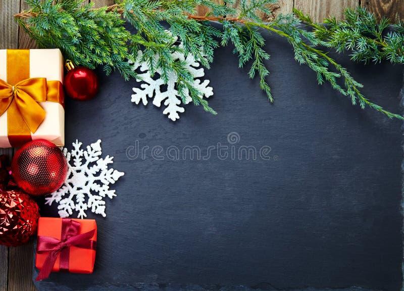 Decoración de la Navidad en fondo de la pizarra y de madera imagenes de archivo