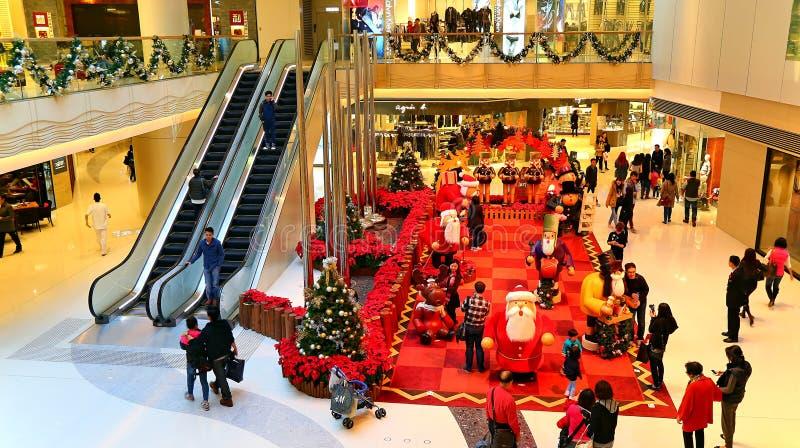 Decoración de la Navidad en la alameda de compras fotos de archivo