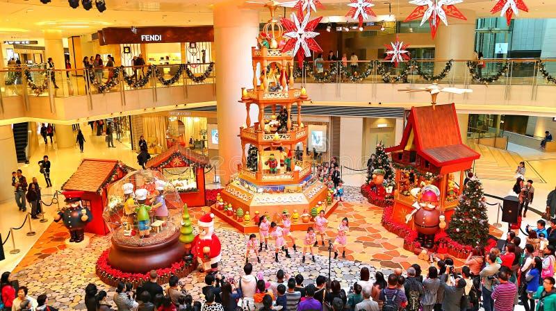 Decoración de la Navidad en la alameda de compras imagen de archivo