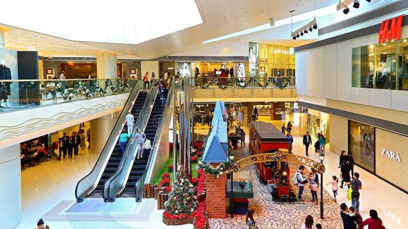 Decoración de la Navidad en la alameda de compras foto de archivo libre de regalías