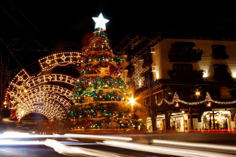 Decoración de la Navidad en la noche imagenes de archivo
