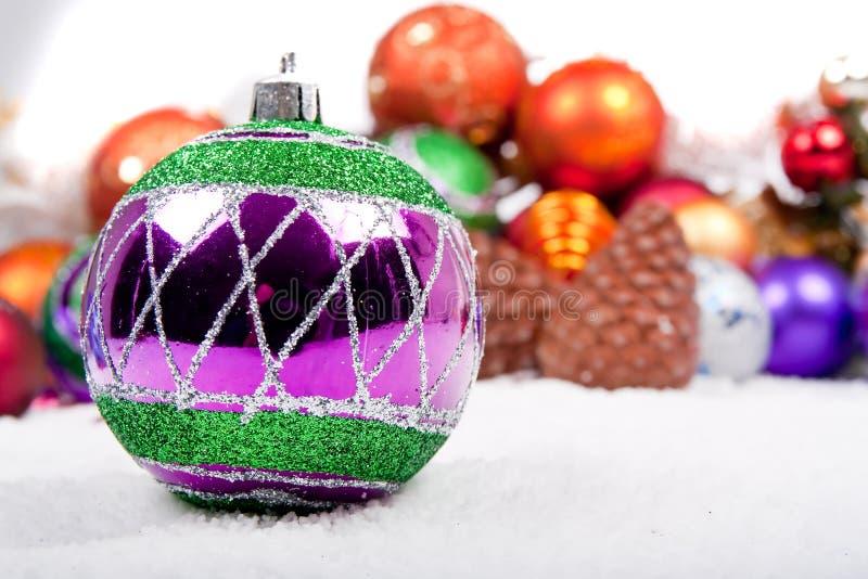 Decoración de la Navidad en nieve falsa imagenes de archivo