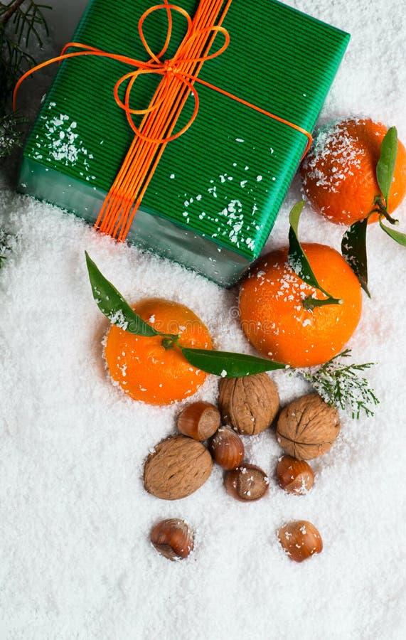 Decoración de la Navidad en nieve, sobre la visión foto de archivo libre de regalías