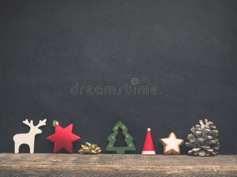Decoración de la Navidad en una pizarra en blanco imagen de archivo