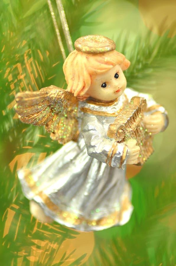 Decoración de la Navidad, figura de poco ángel que toca la arpa fotografía de archivo