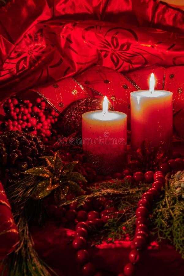 Decoración de la Navidad de la luz de la vela con el fondo rojo foto de archivo libre de regalías