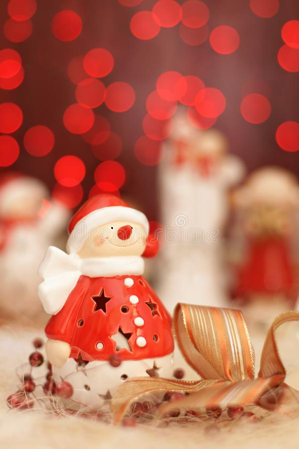 Decoración de la Navidad, muñecos de nieve vestidos como Santa Claus y luz roja fotos de archivo