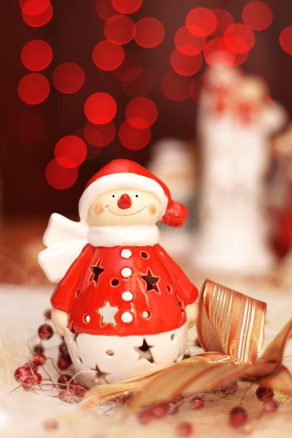 Decoración de la Navidad, muñecos de nieve vestidos como Santa Claus y luz roja foto de archivo