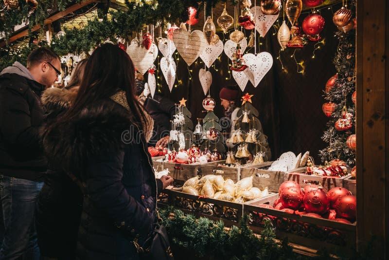 Decoración de la Navidad de la ojeada de la gente en el mundo de la Navidad en Rathausplatz, Viena, Austria foto de archivo