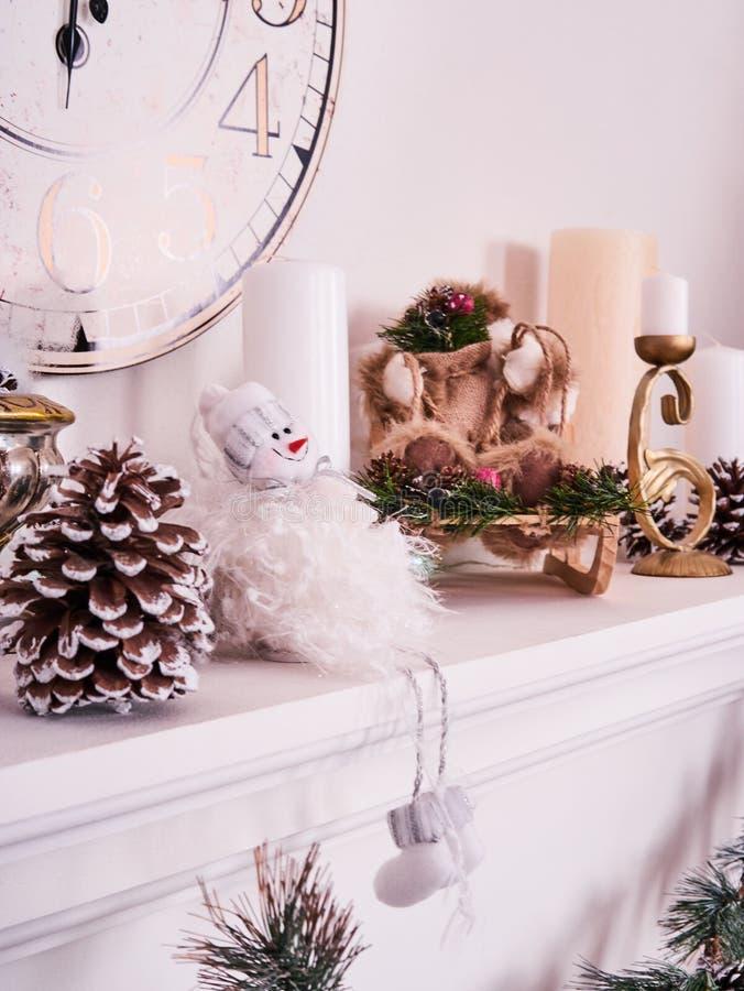 Decoración de la Navidad, paisaje de la tarjeta del Año Nuevo, reloj del Año Nuevo con las velas, muñeco de nieve y photoframe Co imagenes de archivo