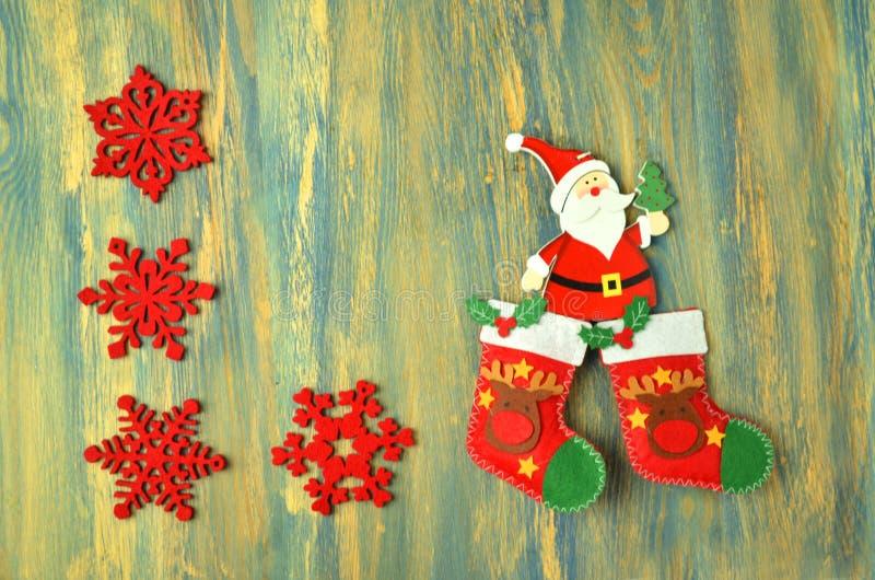Decoración de la Navidad, Papá Noel en la tabla de madera imagen de archivo