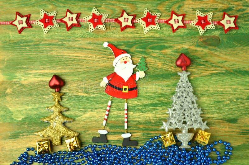 Decoración de la Navidad, Papá Noel en la tabla de madera fotografía de archivo
