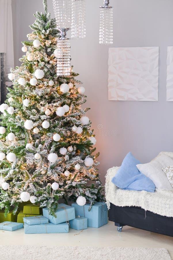 Decoración de la Navidad para el ajuste de la tabla, o casarse la decoración, estudio con un árbol de navidad Juguetes de las dec fotografía de archivo libre de regalías