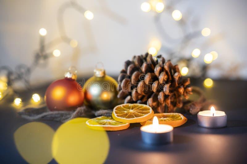 Decoración de la Navidad, pinecone con las bolas de la Navidad y candels imagenes de archivo