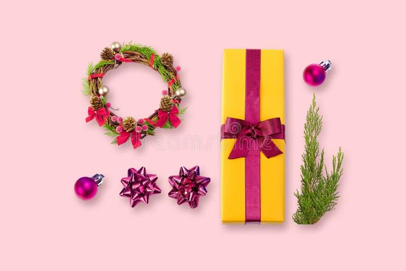 Decoración de la Navidad sobre fondo del colore foto de archivo libre de regalías