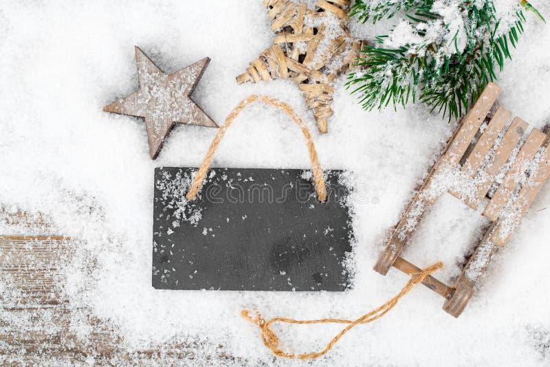 Decoración de la Navidad sobre nieve imagen de archivo