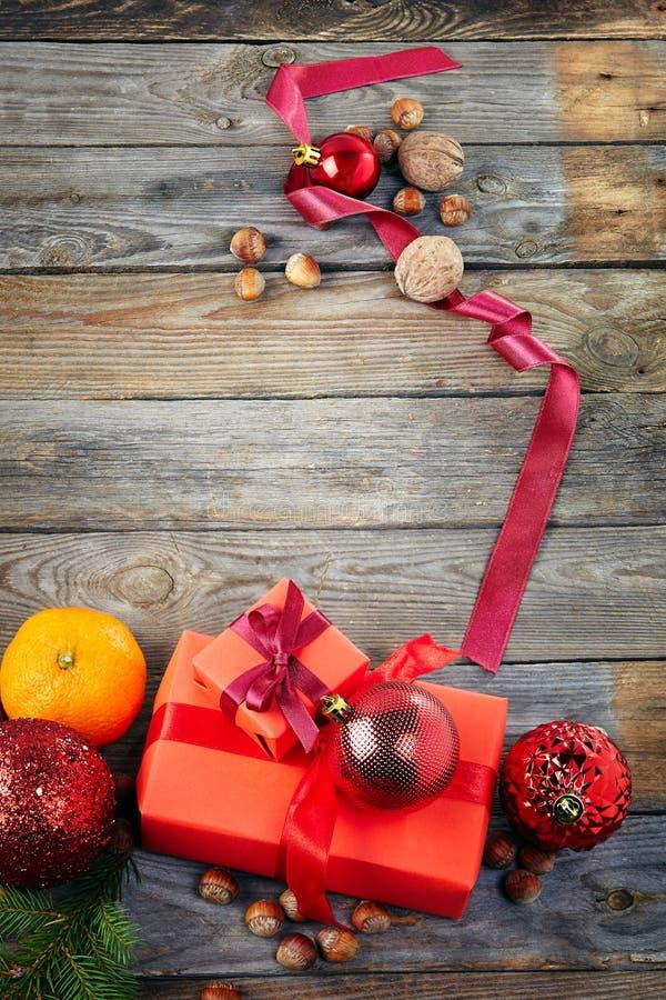 Decoración de la Navidad sobre viejo fondo de madera fotos de archivo libres de regalías