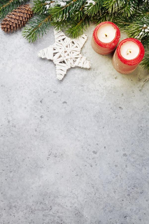 Decoración de la Navidad, velas y rama de árbol de abeto imagen de archivo