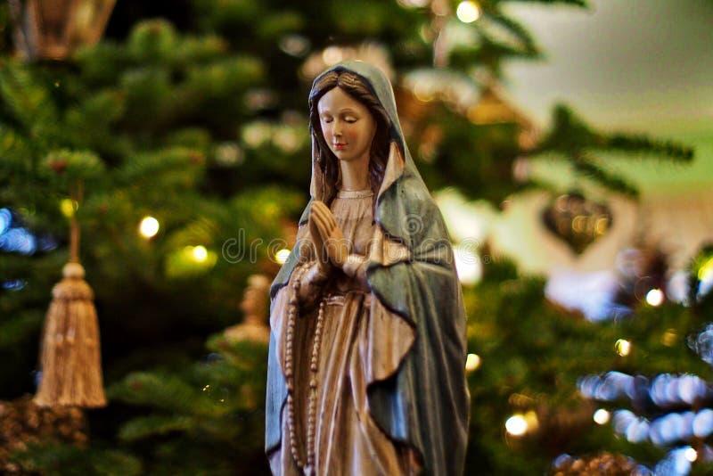 Decoración de la Navidad - Virgen María debajo del árbol de navidad fotos de archivo libres de regalías