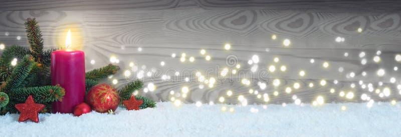 Decoración de la Navidad y vela roja del advenimiento Fondo del advenimiento imagen de archivo libre de regalías
