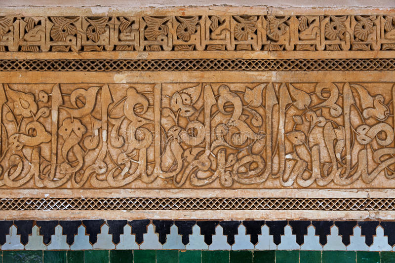 Decoración de la pared en el Medersa ben Youssef fotografía de archivo