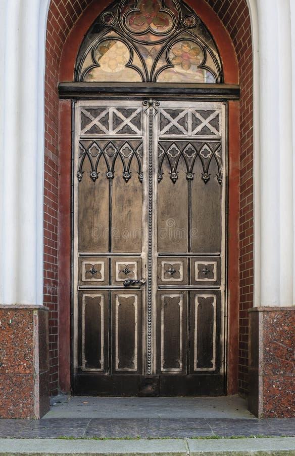 Decoración de la puerta en ciudad vieja forjada del hierro foto de archivo