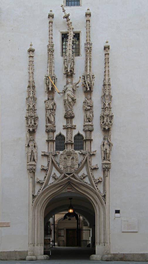 Decoración de la torre vieja de ayuntamiento en Brno foto de archivo
