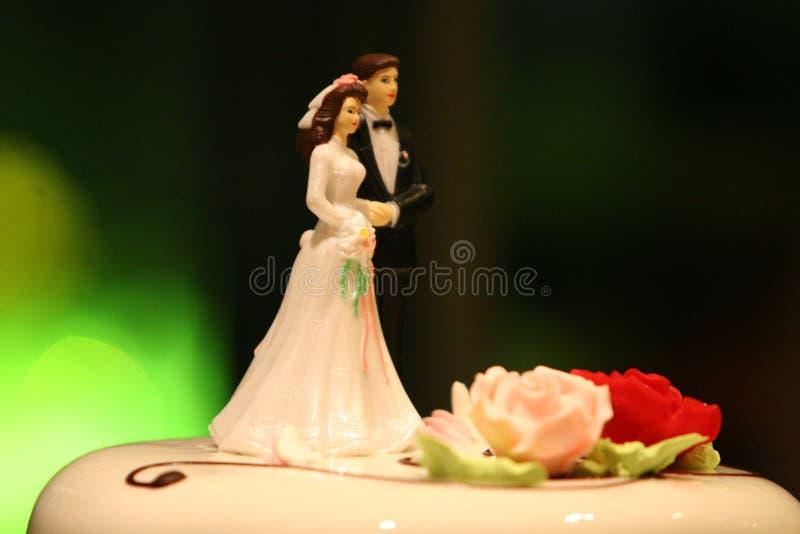 Decoración de la torta de boda de novia y del novio imagenes de archivo