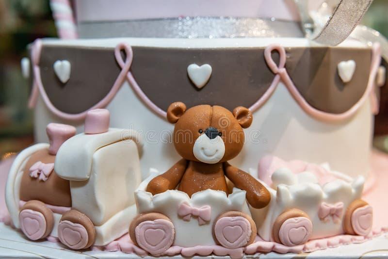 Decoración de la torta feliz del oso del bebé fotos de archivo libres de regalías