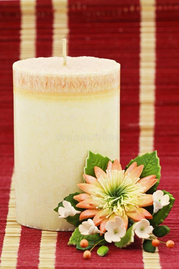 Decoración de la vela y de la flor fotografía de archivo libre de regalías