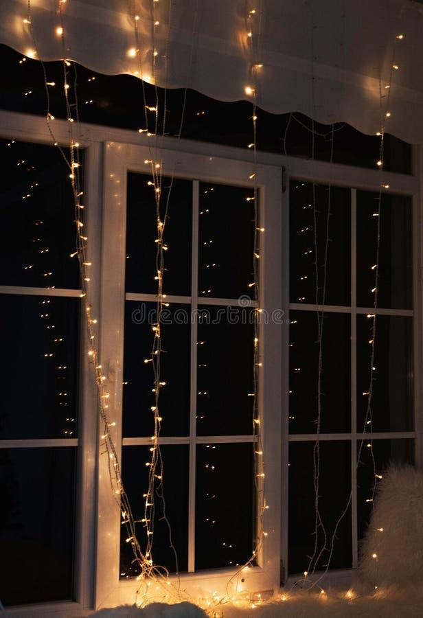 Decoración de la ventana de la Navidad Interiores del humor de la Navidad fotos de archivo libres de regalías