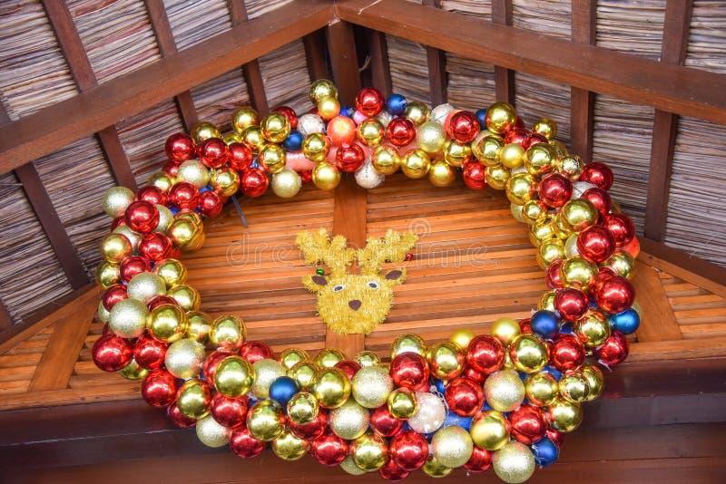 Decoración de las bolas de la Navidad con la cabeza del ` s de los ciervos imagen de archivo