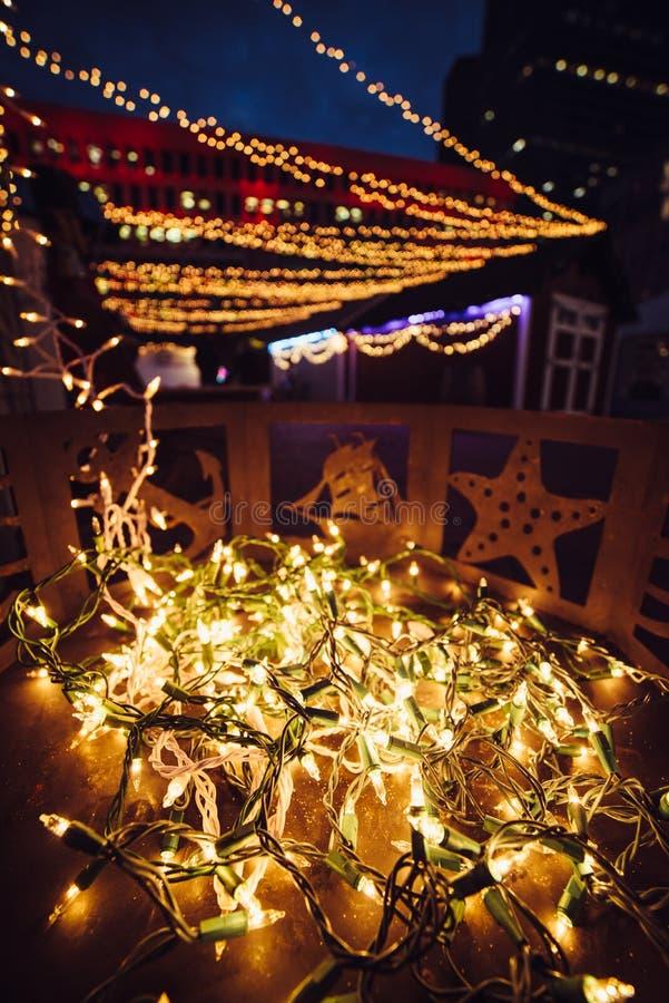 Decoración de las guirnaldas de la luz del festival de la Navidad en el pórtico de la casa en ciudad imagenes de archivo