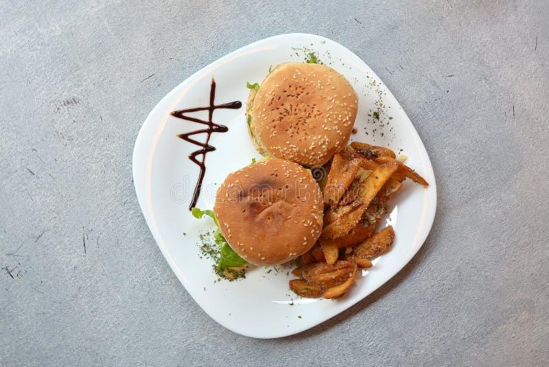 Decoración de las hamburguesas foto de archivo