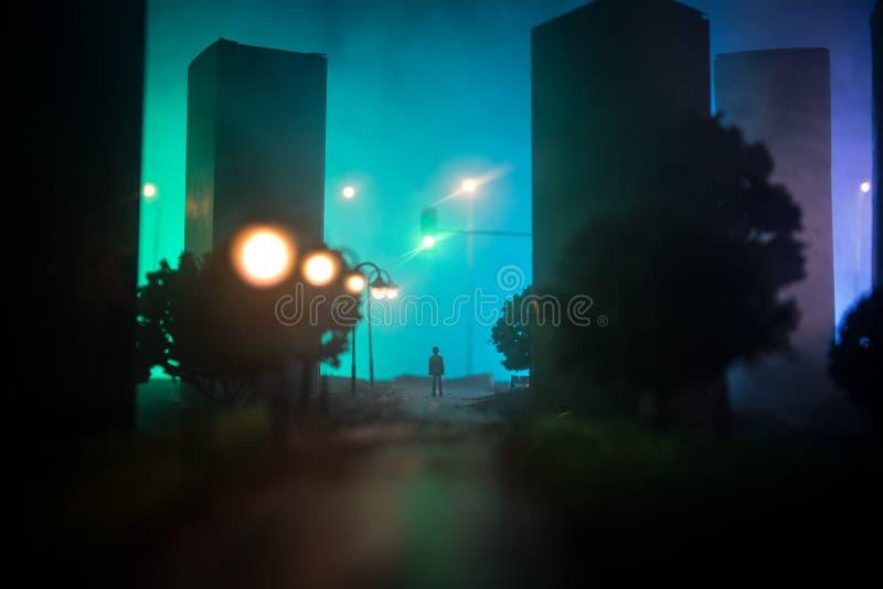 Decoración de las ilustraciones Una situación del hombre en un camino de la ciudad ascendente quemada Vista apocalíptica de la ci fotografía de archivo