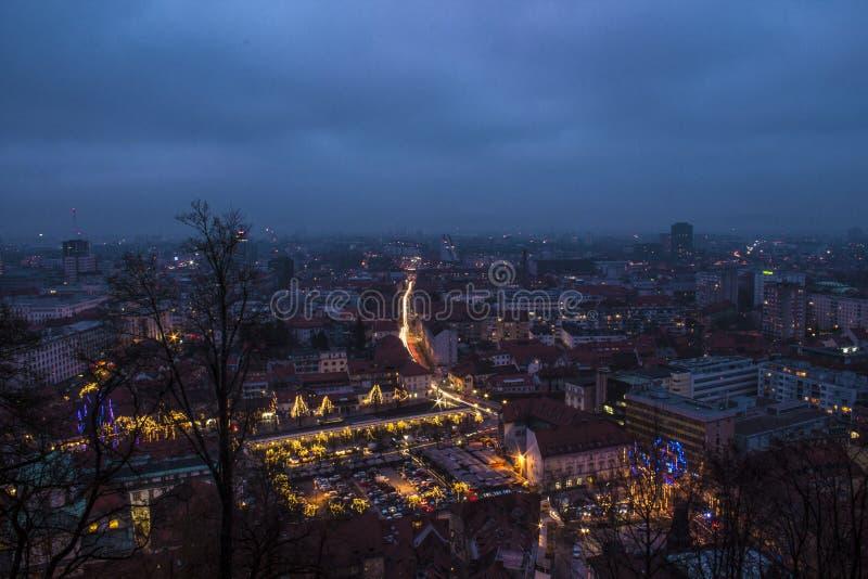 Decoración de las luces de la Navidad en las calles en Ljubljana, Eslovenia fotografía de archivo libre de regalías