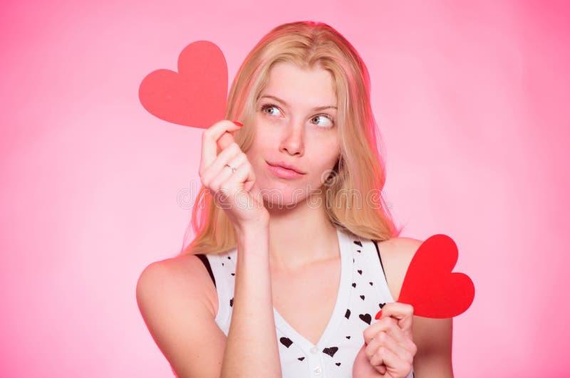 Decoración de las tarjetas del día de San Valentín del corazón del control de la mujer Amor y romance Descuento del día de tarjet imágenes de archivo libres de regalías