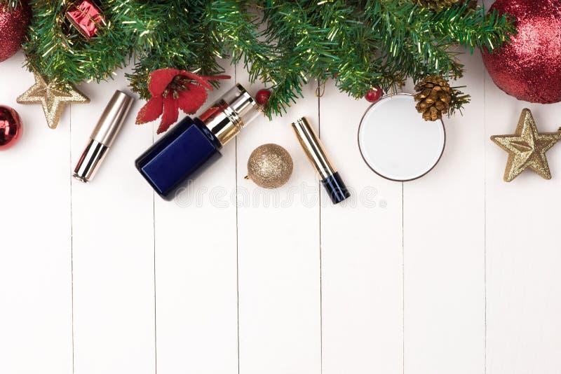 Decoración de las vacaciones de invierno con el regalo de los cosméticos de las mujeres Nueva y feliz fotografía de archivo