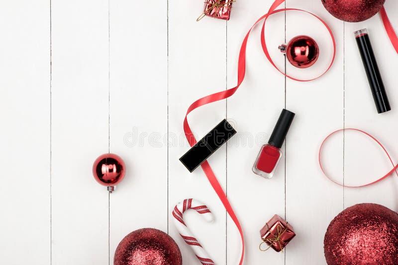 Decoración de las vacaciones de invierno con el regalo de los cosméticos de las mujeres Nueva y feliz fotografía de archivo libre de regalías