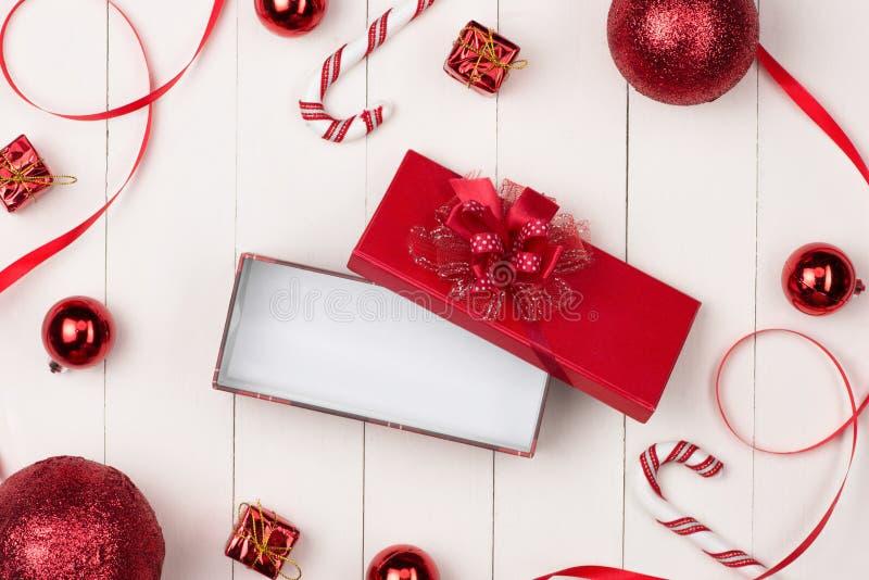 Decoración de las vacaciones de invierno con el regalo de los cosméticos de las mujeres Nueva y feliz fotos de archivo