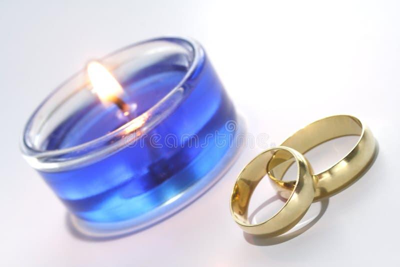 Decoración de los anillos de bodas imagenes de archivo