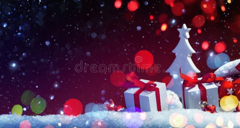 Decoración de los días de fiesta con el árbol de navidad y los regalos imágenes de archivo libres de regalías