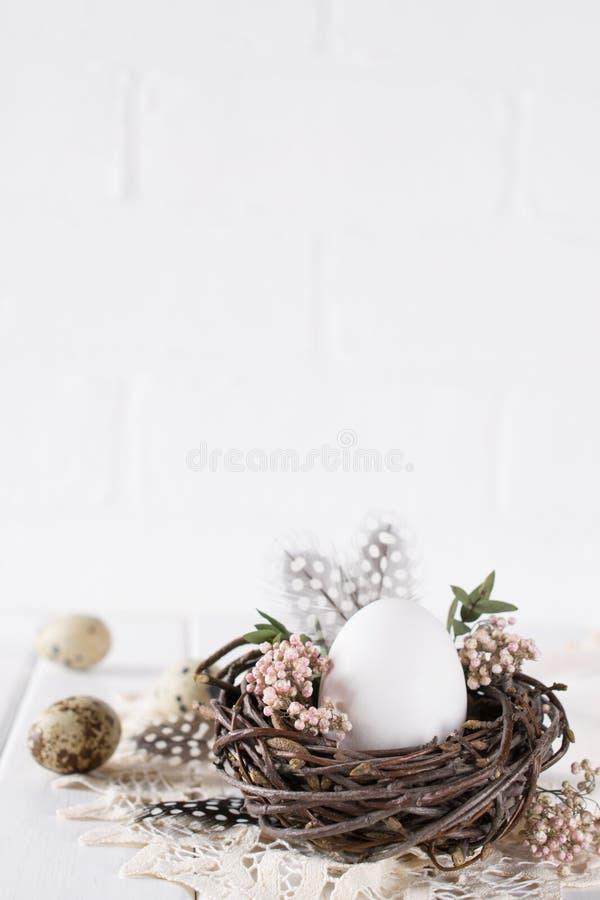 Decoración de los huevos de Pascua Jerarquía con el huevo blanco del pollo Tarjeta feliz de Pascua o de la primavera fotos de archivo