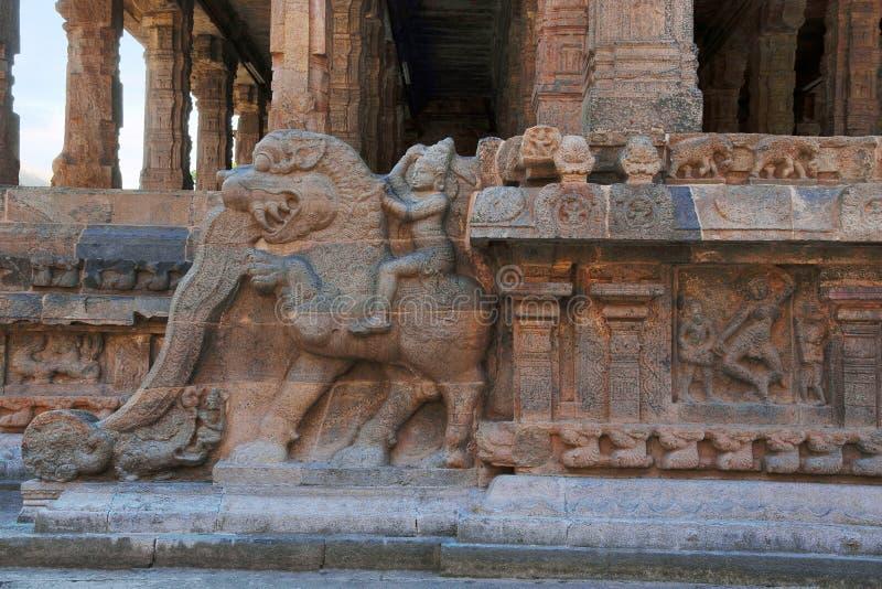 Decoración de los jinetes del yeli, capilla de la barandilla de Deivanayaki Amman, adyacente al templo de Airavatesvara, Darasura fotos de archivo libres de regalías