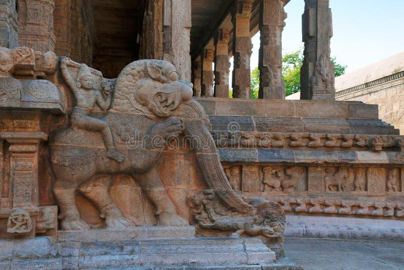 Decoración de los jinetes del yeli, capilla de la barandilla de Deivanayaki Amman, adyacente al templo de Airavatesvara, Darasura imagen de archivo libre de regalías