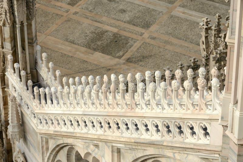 Decoración de mármol en el contrafuerte de la catedral, Milán, Italia fotografía de archivo