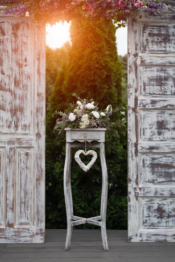 Decoración de madera y de las flores para casarse acontecimientos fotos de archivo libres de regalías