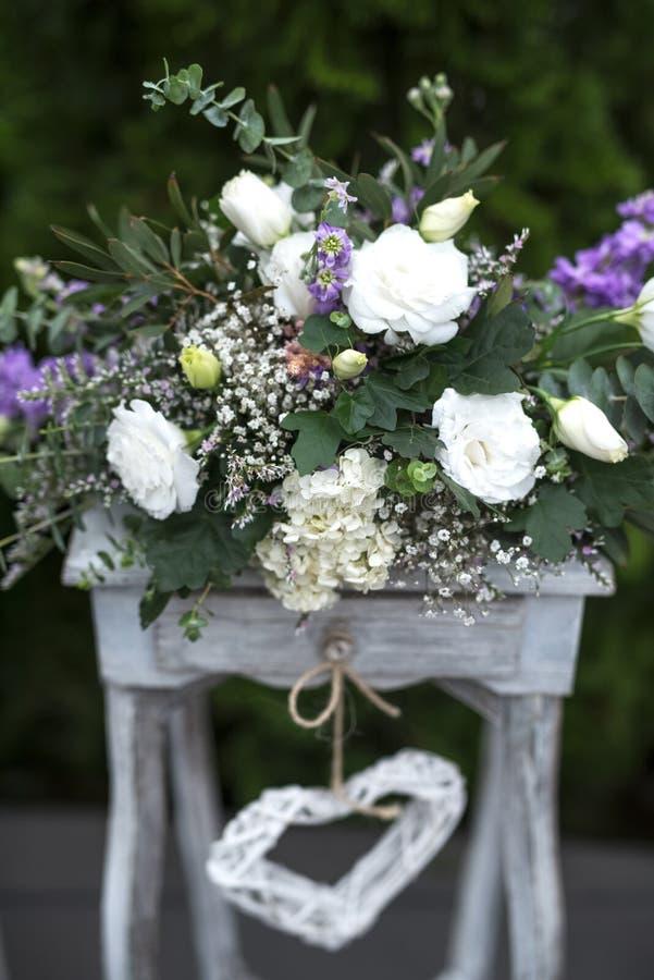 Decoración de madera y de las flores para casarse acontecimientos foto de archivo libre de regalías