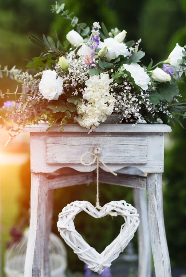 Decoración de madera y de las flores para casarse acontecimientos fotografía de archivo